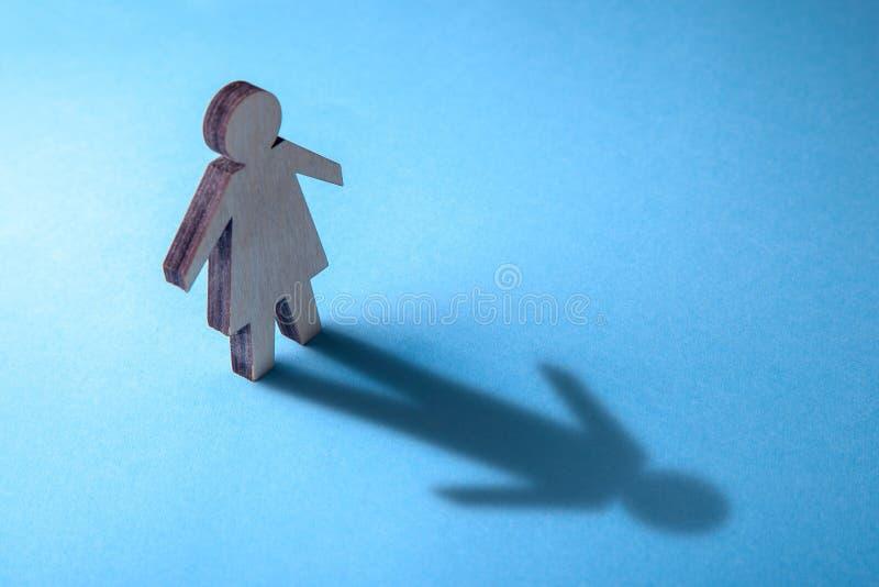 El concepto de travestido o de bisexual Tranender, mujer siente como hombre Sombra de la mujer bajo la forma de hombre imagenes de archivo