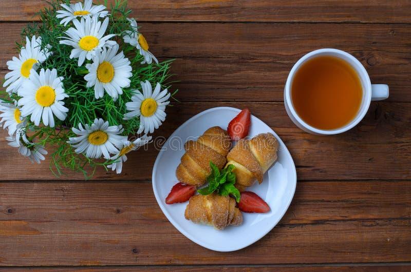 El concepto de un desayuno romántico: cruasanes con el strawberrie fotografía de archivo libre de regalías