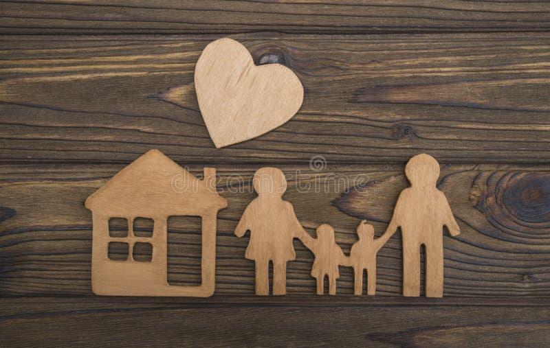 El concepto de una familia cariñosa figura de la familia, hogar, corazones fotografía de archivo libre de regalías