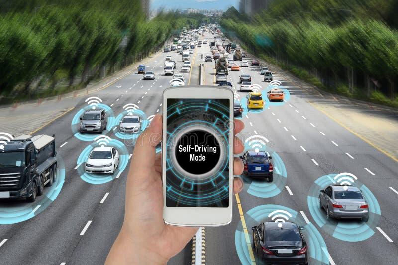 El concepto del automóvil que conecta con el teléfono elegante y autónomo conduce el camino foto de archivo