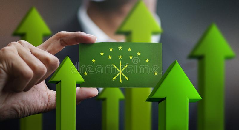 El concepto del crecimiento de la nación, se pone verde encima de las flechas - hombre de negocios Holding Car fotografía de archivo libre de regalías