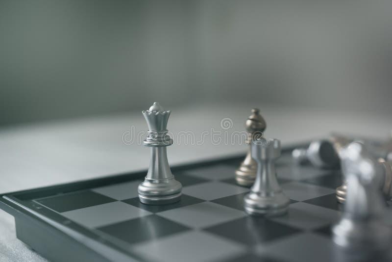 El concepto del juego de mesa del ajedrez de ideas y competencia del negocio y la estrategia planean el significado del éxito, gr imagenes de archivo