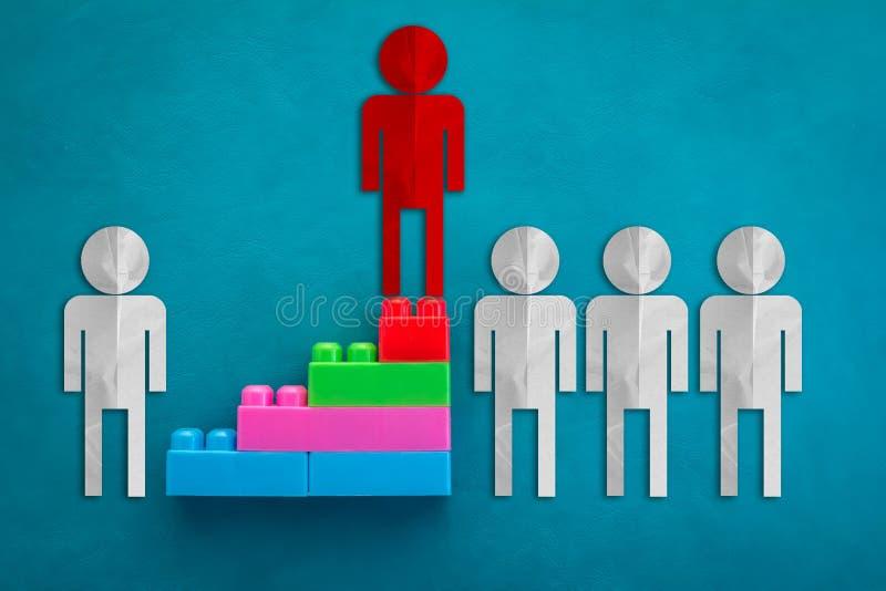 El concepto del líder empresarial con el Libro Blanco rojo y cortó con el paso o imagen de archivo