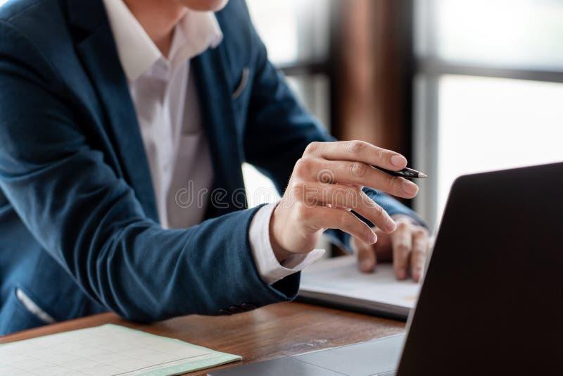 el concepto del an?lisis de la estrategia, hombre de negocios que trabaja la contabilidad financiera de Researching Process del e foto de archivo