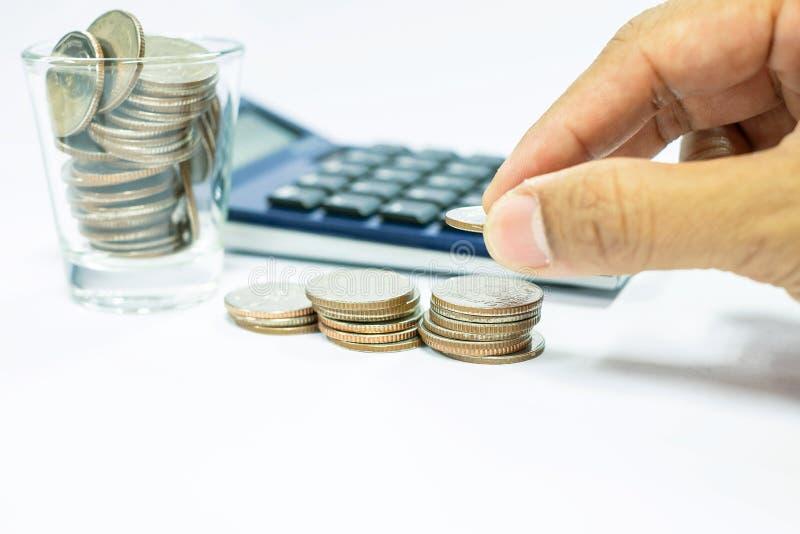 El concepto del negocio de hombre de negocios utiliza una calculadora para calcular fotos de archivo libres de regalías