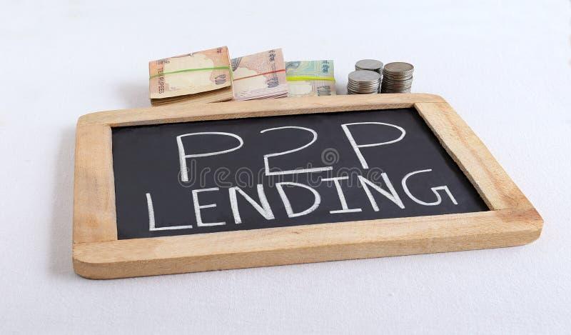 El concepto del préstamos del P2P destacó a través del texto manuscrito en la pizarra imagen de archivo libre de regalías