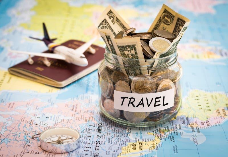 El concepto del presupuesto de viaje con el compás, el pasaporte y los aviones juegan foto de archivo