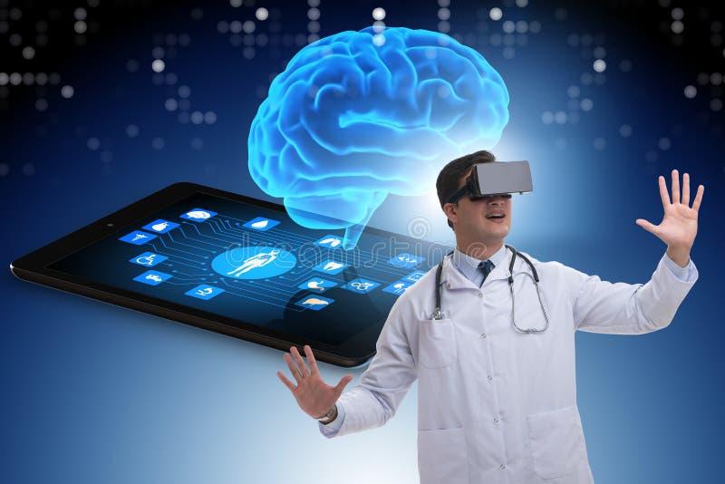 El concepto del telehealth con el doctor que hace chequeo remoto imagen de archivo