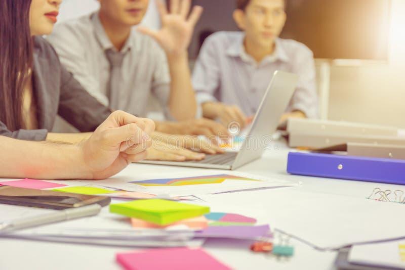El concepto del trabajo en equipo del éxito y de la felicidad, hombres de negocios combina mee fotografía de archivo
