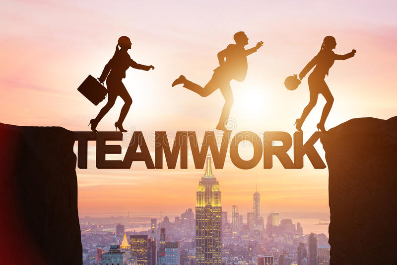 El concepto del trabajo en equipo con los hombres de negocios del puente de travesía imagenes de archivo