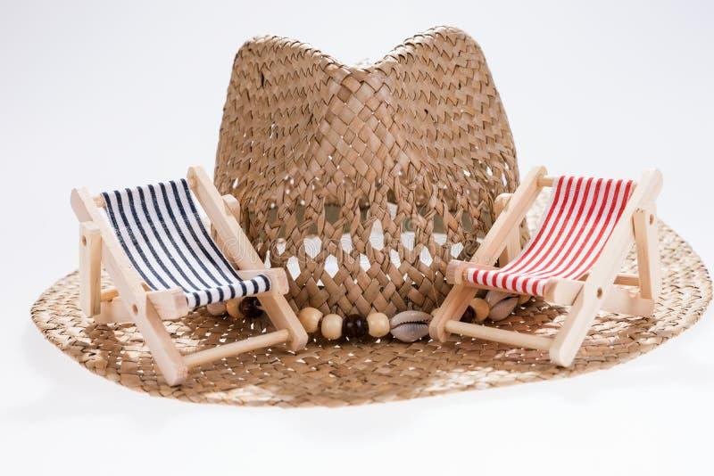 El concepto del verano, dos asolea ociosos en el sombrero de paja foto de archivo