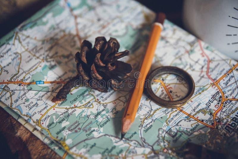 El concepto del viaje, todavía vida se opone llave, el rollo del papel, la muestra casera, la lupa, el compás y la llave en viejo imagenes de archivo