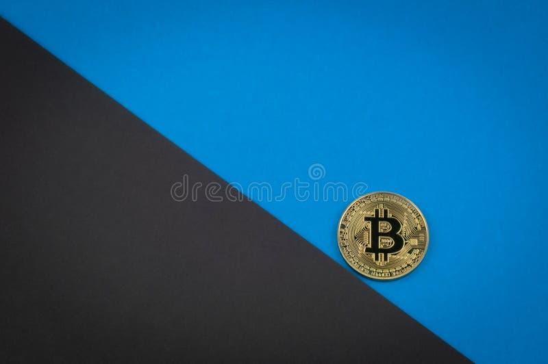 El concepto descendente del bitcoin, la moneda está rodando abajo imágenes de archivo libres de regalías
