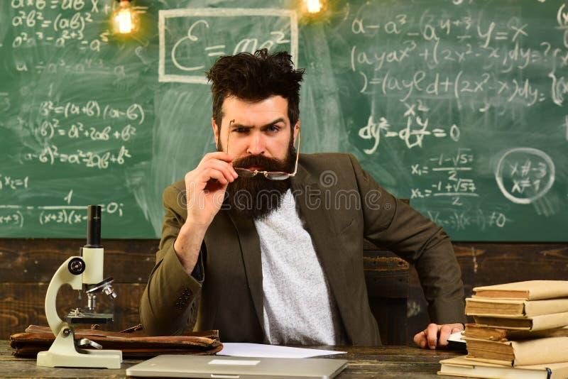 El concepto en línea de la escuela de Internet de la educación de Digitaces que estudia, profesor se está sentando en la tabla en imagen de archivo libre de regalías