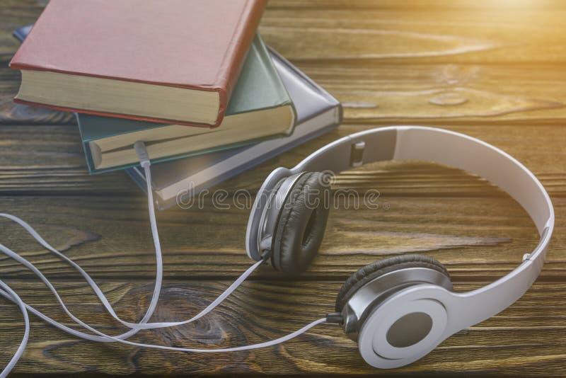 El concepto es escuchar los audiolibros fotografía de archivo libre de regalías