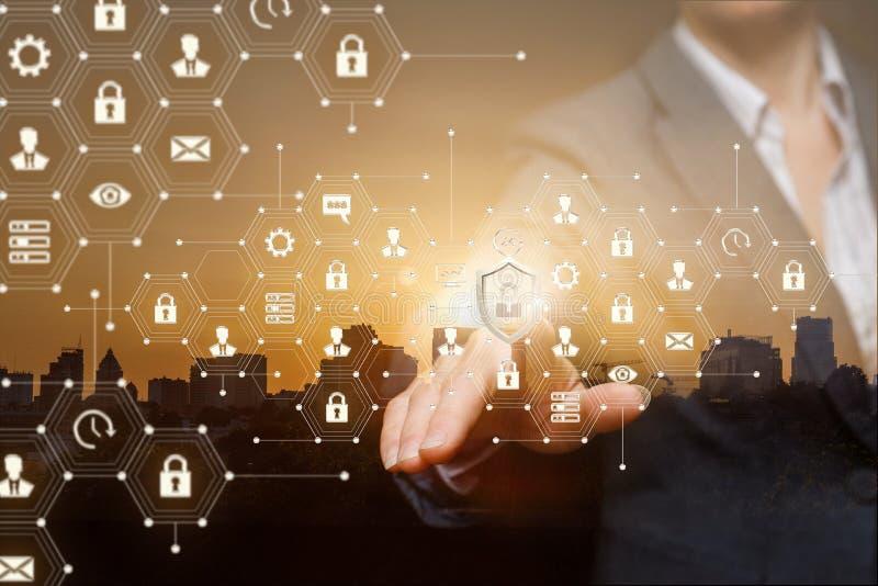 El concepto es la seguridad de sistemas de ataques cibern?ticos imagen de archivo libre de regalías