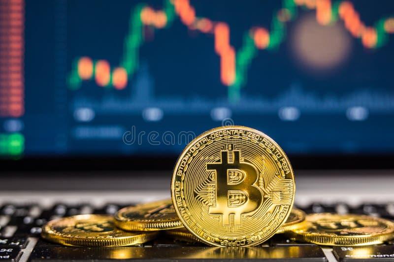 El concepto financiero del crecimiento con la escalera de oro de Bitcoins en divisas traza el fondo imagen de archivo libre de regalías