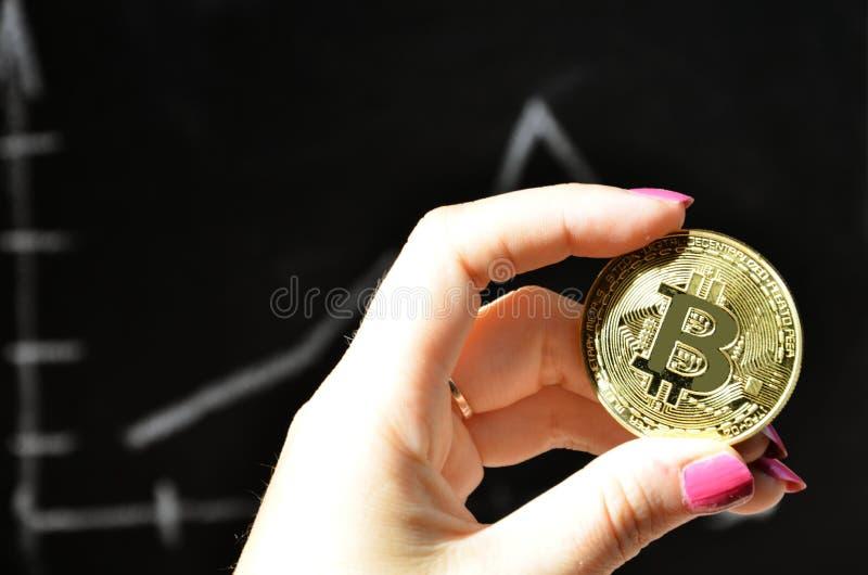 El concepto financiero del crecimiento con la escalera de oro de Bitcoins en divisas traza el fondo nuevo dinero virtual Moneda d foto de archivo