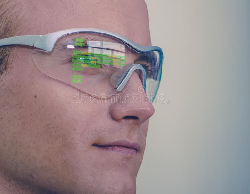 El concepto futurista de la tecnología de los vidrios de Smart, hombre lleva los vidrios elegantes con realidad aumentada al serv foto de archivo