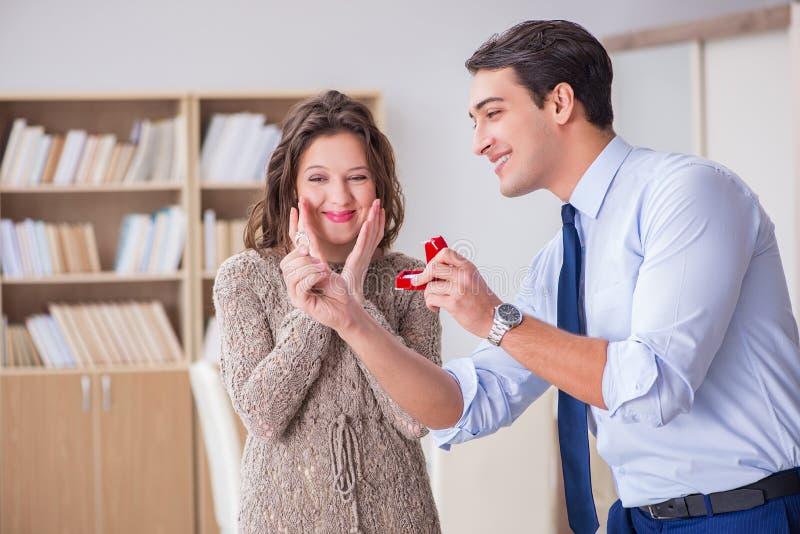 El concepto romántico con el hombre que hace propuesta de matrimonio imagen de archivo libre de regalías