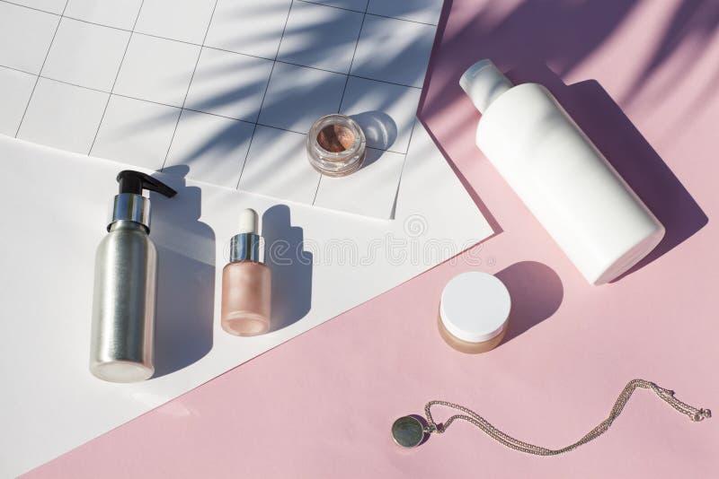 El concepto suncreen endecha plana de los cosméticos del rosa del verano Visi?n superior imagen de archivo