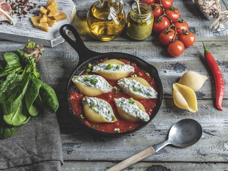 El conchiglioni cocinado de las pastas rellenó la espinaca y el queso, salsa de tomate foto de archivo libre de regalías