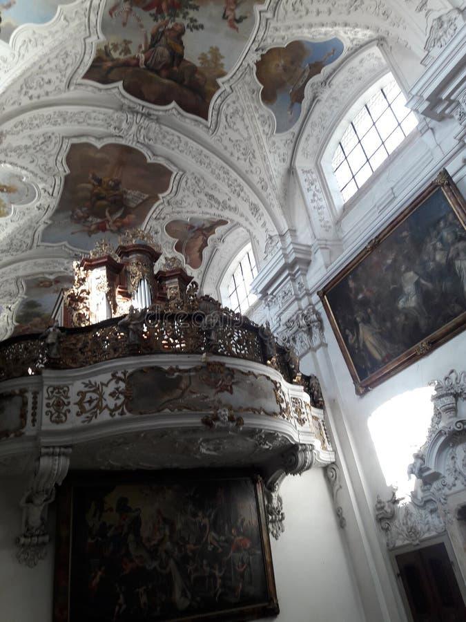 El concierto barroco del arte moderno de los cráneos góticos barrocos del museo de Praga renovó deathes góticos de la estatua de  fotografía de archivo