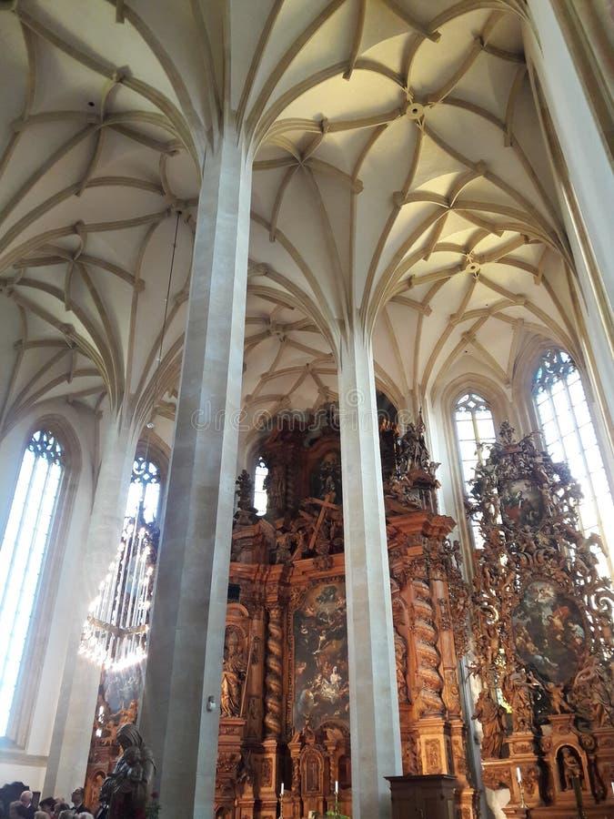 El concierto del sepulcro del puerto del museo de Praga renovó deathes góticos de la estatua de los tejedores del osario fotos de archivo