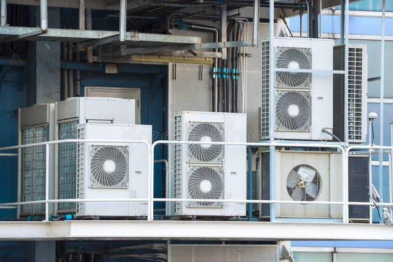El condensador refrescado aire industrial fue instalado en el bal de la fábrica foto de archivo