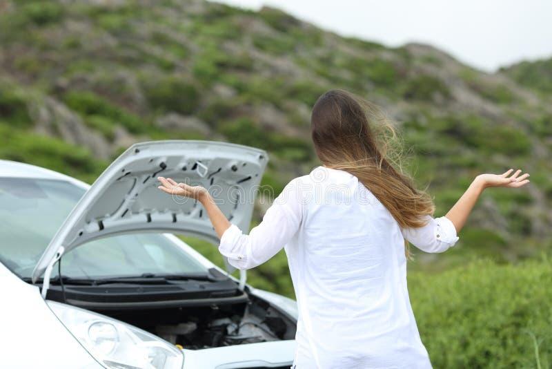 El conductor frustrado con un coche analiza imagenes de archivo