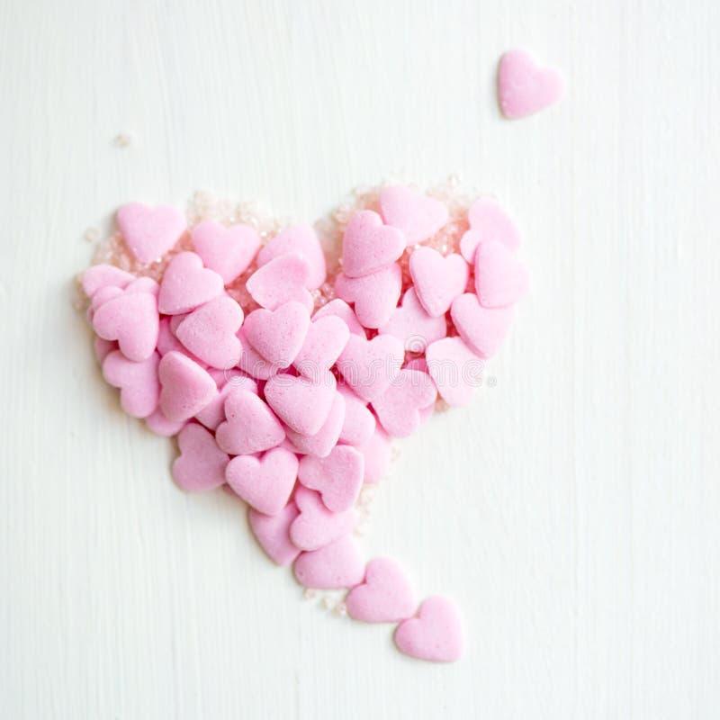El confeti asperja bajo la forma de corazón fotos de archivo