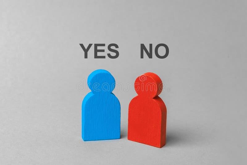 El conflicto de intereses, desacuerdo en solucionar el problema, están hablando Una persona dice sí y otra dice no fotografía de archivo libre de regalías
