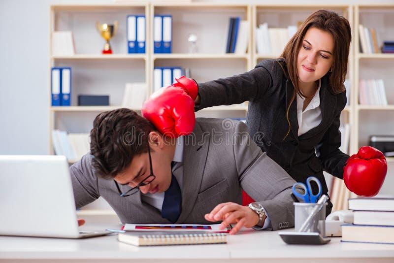 El conflicto de la oficina entre el hombre y la mujer imagen de archivo libre de regalías