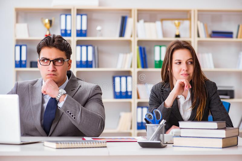 El conflicto de la oficina entre el hombre y la mujer fotos de archivo