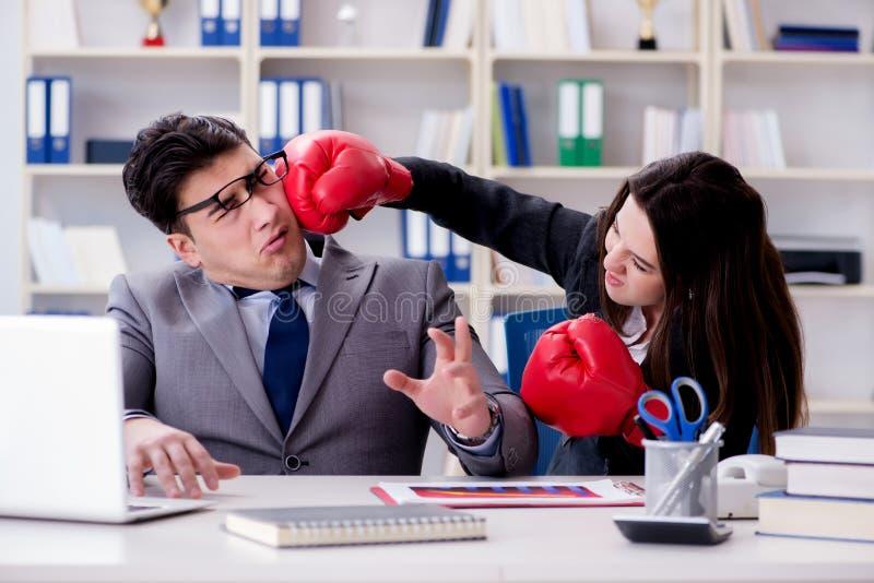 El conflicto de la oficina entre el hombre y la mujer foto de archivo