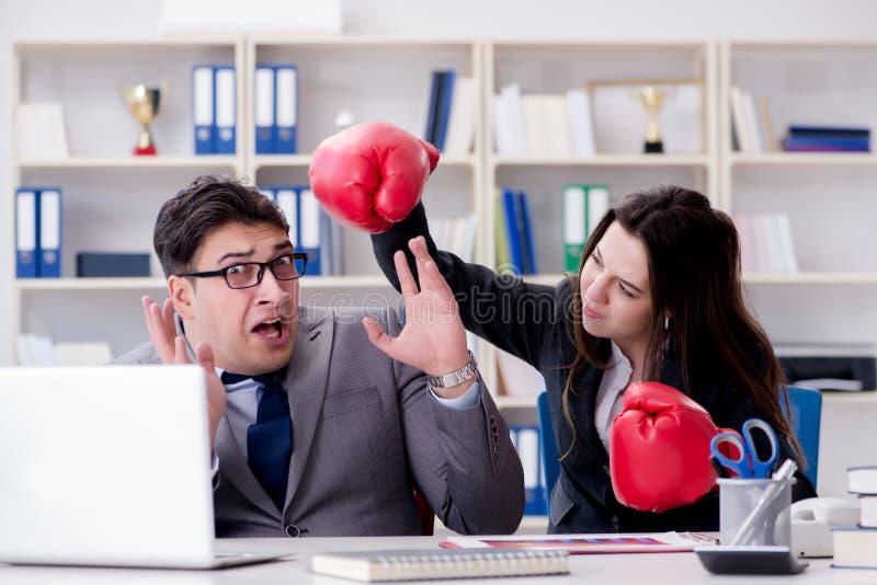 El conflicto de la oficina entre el hombre y la mujer imagen de archivo