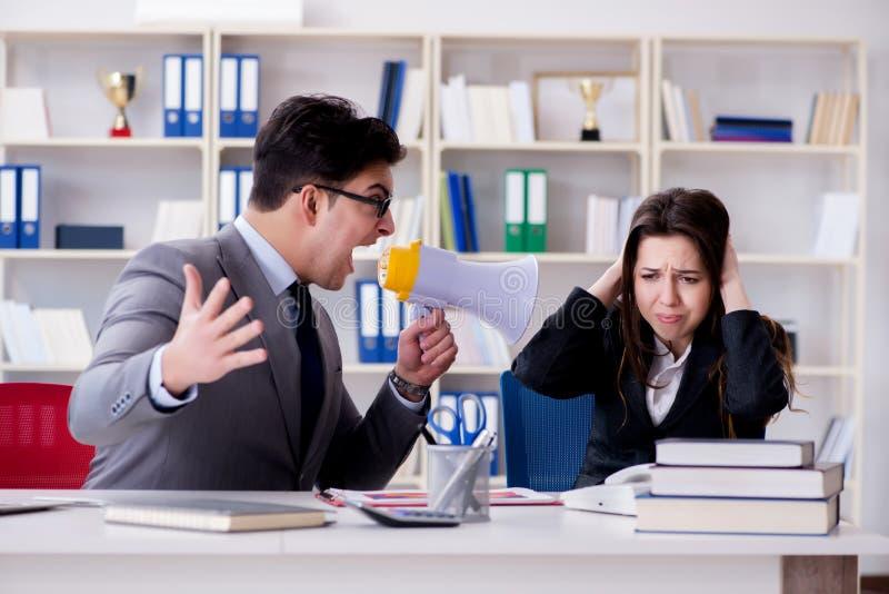 El conflicto de la oficina entre el hombre y la mujer imagenes de archivo