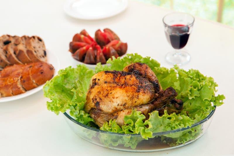 El conjunto asó el pollo con la ensalada verde en la tabla imágenes de archivo libres de regalías