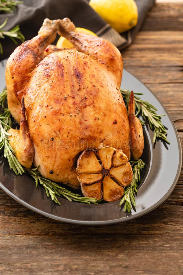 El conjunto asó el pollo con el limón y el romero en una placa negra Estilo rústico Concepto de la Navidad La Navidad Turquía tap foto de archivo libre de regalías