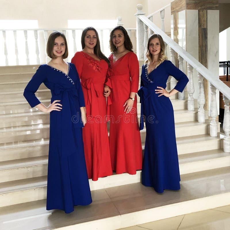 El conjunto en los mismos vestidos del concierto, grupo vocal, cuarteto de las mujeres imagen de archivo libre de regalías