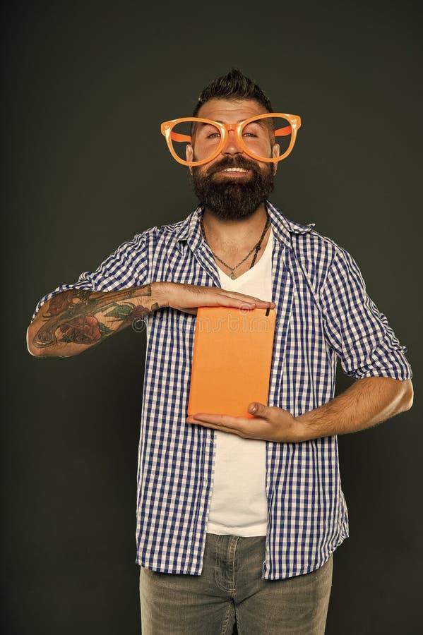 El conocimiento es sólo una cosa que me importa Libro de estudio de los nerd Hombre con barba en lentes de fiesta con libro de le foto de archivo