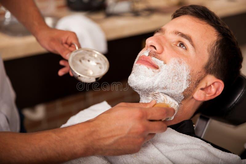 El conseguir afeitado en una peluquería de caballeros imágenes de archivo libres de regalías