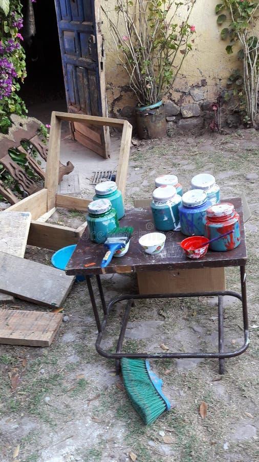 El conseguir listo para pintar en un patio peruano foto de archivo libre de regalías