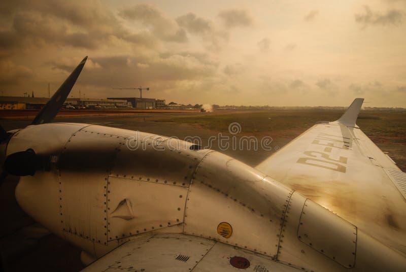 El conseguir listo para sacar en el aeropuerto internacional de Luanda en un vuelo local a Soyo foto de archivo libre de regalías