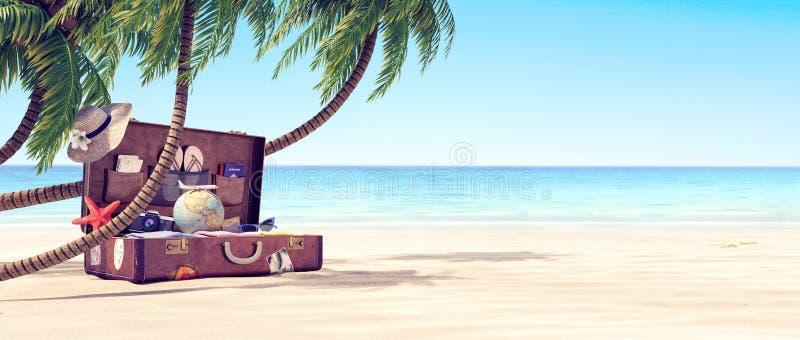 El conseguir listo por las vacaciones de verano - maleta de cuero debajo de una palmera foto de archivo libre de regalías