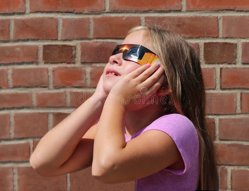 El considerar para arriba el eclipse solar foto de archivo libre de regalías