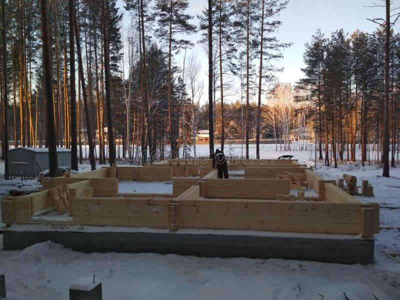 El constructor de la casa de barras de madera fotos de archivo