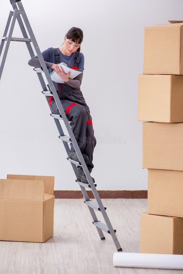 El constructor de la mujer que piensa en la renovación del nuevo apartamento imágenes de archivo libres de regalías