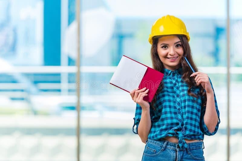El constructor de la mujer que toma notas en el emplazamiento de la obra imagen de archivo libre de regalías