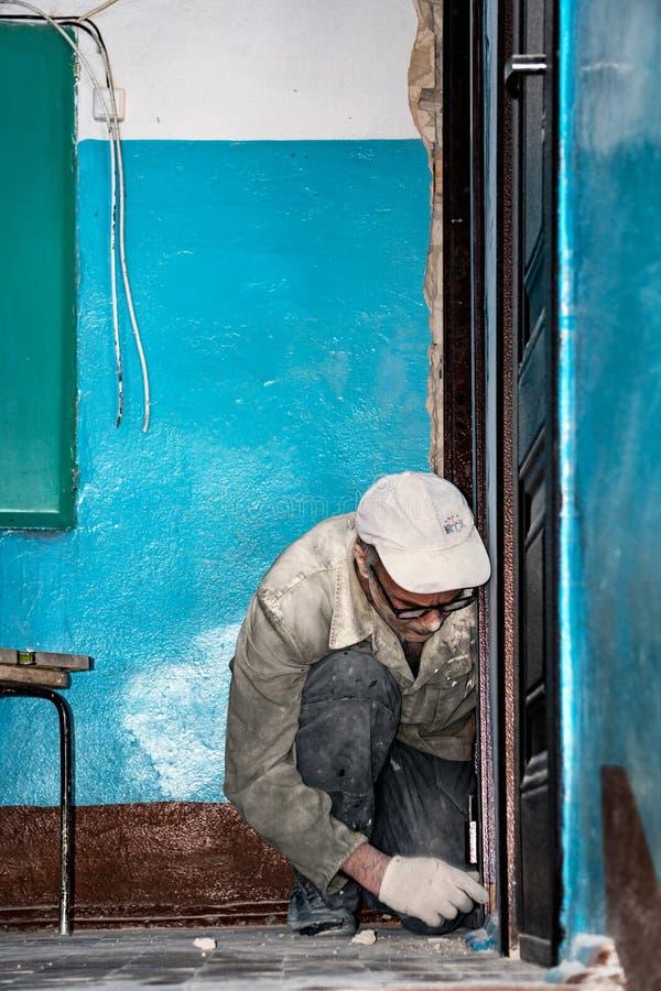 El constructor se dedica a la construcción y la instalación trabaja imagen de archivo libre de regalías